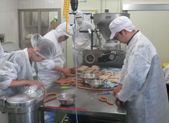 全肉連が加工研修会を小野商事で開催、腸詰め中心に実演と体験