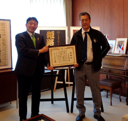 姫路和牛を姫路城のように—市長が谷口会長に感謝状贈呈